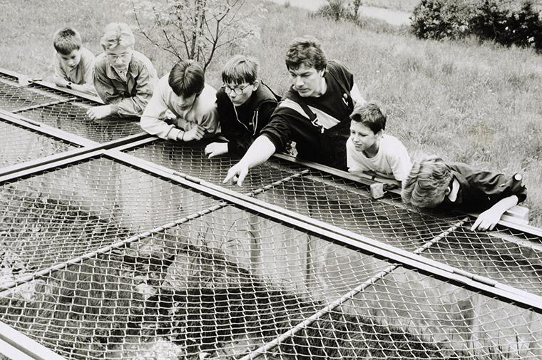 Uwe Prokoph mit AG-Mitgliedern am Freilandterrarium