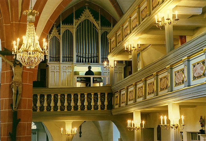 Hans-Jürgen Biella beim Orgelspiel